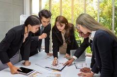 Οι επιχειρηματίες προγραμματίζουν το γεγονός του χρόνου Αίθουσα επιχειρησιακών λειτουργώντας συνεδριάσεων ομάδας στο γραφείο Οι ε στοκ εικόνες