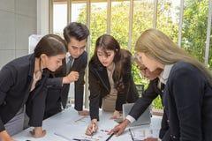 Οι επιχειρηματίες προγραμματίζουν το γεγονός του χρόνου Αίθουσα επιχειρησιακών λειτουργώντας συνεδριάσεων ομάδας στο γραφείο Οι ε στοκ φωτογραφία με δικαίωμα ελεύθερης χρήσης