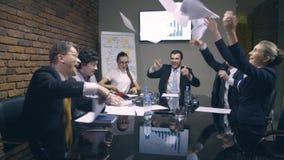 Οι επιχειρηματίες ρίχνουν τα έγγραφα στον αέρα φιλμ μικρού μήκους