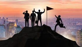 Οι επιχειρηματίες στην έννοια επιτεύγματος και ομαδικής εργασίας στοκ φωτογραφία με δικαίωμα ελεύθερης χρήσης