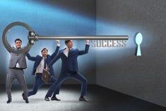 Οι επιχειρηματίες στην έννοια επιχειρησιακής επιτυχίας με το κλειδί στοκ φωτογραφία