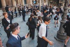 Οι επιχειρηματίες συμμετέχουν αμέσως όχλος στο Μιλάνο, Ιταλία Στοκ Εικόνες