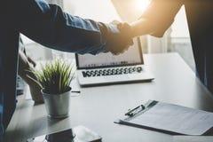 οι επιχειρηματίες τινάζουν τα χέρια, επιτυχής διαπραγματευτείτε και communicat στοκ φωτογραφία