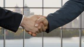 Οι επιχειρηματίες τινάζουν τα χέρια στην ημέρα φιλμ μικρού μήκους