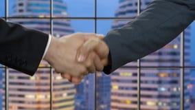 Οι επιχειρηματίες τινάζουν τα χέρια στη νύχτα φιλμ μικρού μήκους