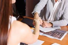 Οι επιχειρηματίες τινάζουν τα χέρια στη συνεδρίαση Στοκ φωτογραφία με δικαίωμα ελεύθερης χρήσης