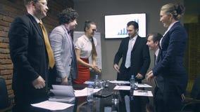 Οι επιχειρηματίες τινάζουν τα χέρια στο τέλος της συνεδρίασης απόθεμα βίντεο