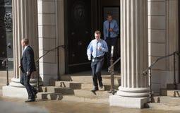 Οι επιχειρηματίες τρέχουν έξω από τις πόρτες Τράπεζας της Αγγλίας Στοκ Εικόνες