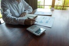 Οι επιχειρηματίες υπολογίζουν την επιχείρηση επέκτασης επένδυσης, που κερδίζει χρήματα έννοια χρηματοδότησης στοκ φωτογραφία με δικαίωμα ελεύθερης χρήσης