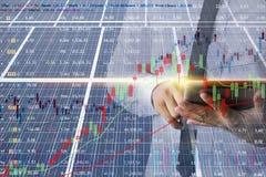 Οι επιχειρηματίες υπολογίζουν το μάρκετινγκ επένδυσης της ενέργειας, ηλιακό κύτταρο στοκ φωτογραφίες