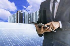 Οι επιχειρηματίες υπολογίζουν την επένδυση στοκ εικόνα με δικαίωμα ελεύθερης χρήσης