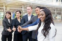 Οι επιχειρηματίες φυλλομετρούν μέχρι γιορτάζουν το επίτευγμα Στοκ εικόνες με δικαίωμα ελεύθερης χρήσης