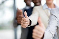Οι επιχειρηματίες φυλλομετρούν επάνω Στοκ φωτογραφία με δικαίωμα ελεύθερης χρήσης