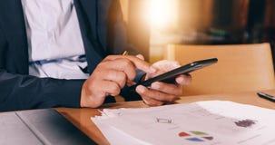 Οι επιχειρηματίες χρησιμοποιούν κινητό και αγγίζουν το έξυπνο τηλέφωνο για την επικοινωνία και τον έλεγχο στους επιχειρηματίες στ στοκ εικόνες