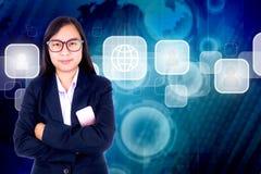 Οι επιχειρησιακές γυναίκες… και το δάχτυλό σας είναι επάνω στο μπλε υποβάθρου τεχνολογίας Στοκ εικόνες με δικαίωμα ελεύθερης χρήσης