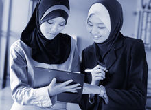 Οι επιχειρησιακές γυναίκες… και το δάχτυλό σας είναι επάνω Στοκ φωτογραφίες με δικαίωμα ελεύθερης χρήσης
