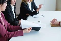 Οι επιχειρησιακές γυναίκες απασχολούνται στην αναθεώρηση απόδοσης αξιολόγησης στοκ φωτογραφίες