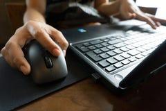 Οι επιχειρησιακές γυναίκες δίνουν την εργασία με το lap-top και το ποντίκι Στοκ φωτογραφία με δικαίωμα ελεύθερης χρήσης