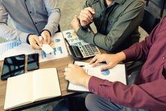 οι επιχειρησιακές γυναίκες ξεκινήματος έχουν μια ανταλλαγή επαγγελματικών καρτών στη συνεδρίαση στοκ φωτογραφίες με δικαίωμα ελεύθερης χρήσης