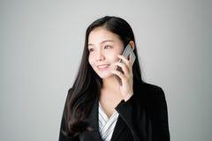 Οι επιχειρησιακές γυναίκες χρησιμοποιούν το τηλέφωνο για να συζητήσουν τις επιχειρησιακές διαπραγματεύσεις Στοκ φωτογραφίες με δικαίωμα ελεύθερης χρήσης