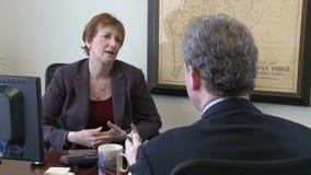 Οι επιχειρησιακοί επαγγελματίες έχουν τη συνομιλία στην αρχή απόθεμα βίντεο
