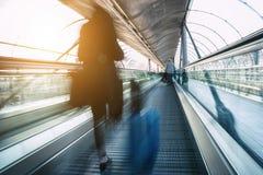Οι επιχειρησιακοί κάτοχοι διαρκούς εισιτήριου ταξιδεύουν την έννοια ταχύτητας Στοκ φωτογραφία με δικαίωμα ελεύθερης χρήσης
