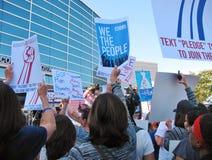 Οι επιδεικνύοντες στην υγειονομική περίθαλψη περιοχής του Λος Άντζελες συναθροίζουν ενάντια σε δημοκρατικό Trumpcare Στοκ εικόνες με δικαίωμα ελεύθερης χρήσης
