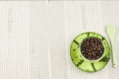 Οι επιλογές καφέ, που προετοιμάζουν τα ποτά είναι, καφές σε ένα άσπρο τραπεζομάντιλο με το φλυτζάνι Στοκ εικόνες με δικαίωμα ελεύθερης χρήσης