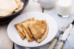Οι λεπτές τηγανίτες (crepes) εξυπηρέτησαν στο άσπρο πιάτο Στοκ φωτογραφίες με δικαίωμα ελεύθερης χρήσης
