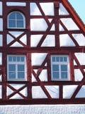 Οι λεπτομέρειες αετωμάτων και προσόψεων ενός παλαιού μεσαιωνικού σπιτιού ξύλινων πλαισίων με το λευκό δίνουν και κόκκινες ακτίνες Στοκ φωτογραφίες με δικαίωμα ελεύθερης χρήσης