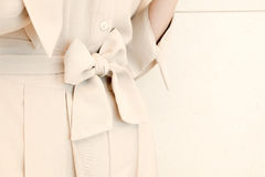 Οι λεπτομέρειες της ζώνης τόξων συνδέουν το μπεζ ύφος εξαρτήσεων φορεμάτων γυναικών fashion trendy Στοκ Φωτογραφία