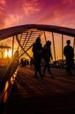 Οι εραστές γεφυρώνουν στο μαλακό ηλιοβασίλεμα βραδιού Στοκ Φωτογραφίες