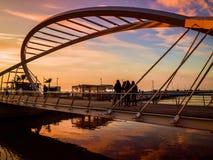 Οι εραστές γεφυρώνουν το μαλακό βράδυ Στοκ φωτογραφία με δικαίωμα ελεύθερης χρήσης