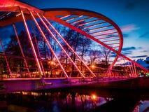 Οι εραστές γεφυρώνουν το μαλακό βράδυ Στοκ εικόνες με δικαίωμα ελεύθερης χρήσης