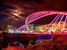 Οι εραστές γεφυρώνουν το μαλακό βράδυ Στοκ εικόνα με δικαίωμα ελεύθερης χρήσης