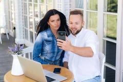 Οι εραστές καλούν τους γονείς στην τηλεοπτική επικοινωνία, επικοινωνούν και χαμογελούν Το Parney εισάγει τους γονείς του στο κορί στοκ εικόνες