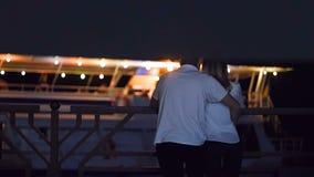 Οι εραστές περιμένουν το σκάφος - τη νύχτα το καλοκαίρι απόθεμα βίντεο