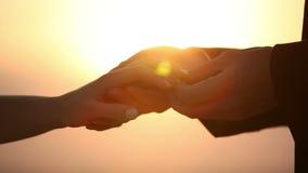 Οι εραστές φορούν ο ένας τον άλλον δαχτυλίδι ως σημείο της αγάπης φιλμ μικρού μήκους