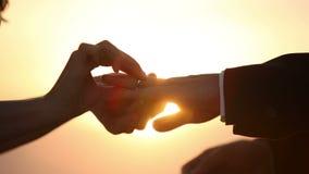 Οι εραστές φορούν ο ένας τον άλλον δαχτυλίδι ως σημείο της αγάπης απόθεμα βίντεο