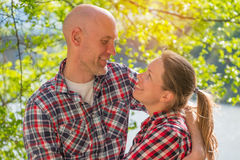 Οι εραστές χαμογελούν ο ένας στον άλλο Στοκ Φωτογραφίες