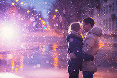 Οι εραστές χιονιού φιλούν την πόλη στοκ φωτογραφία
