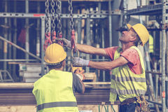 Οι εργάτες οικοδομών προετοιμάζονται στην ανύψωση της συγκεκριμένης φόρμας 3 στυλοβατών Στοκ φωτογραφία με δικαίωμα ελεύθερης χρήσης