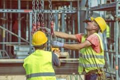 Οι εργάτες οικοδομών προετοιμάζονται στην ανύψωση της συγκεκριμένης φόρμας 4 στυλοβατών Στοκ εικόνες με δικαίωμα ελεύθερης χρήσης