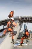 Οι εργάτες χρωματίζουν τη γέφυρα χιλιετίας Στοκ φωτογραφία με δικαίωμα ελεύθερης χρήσης