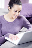 οι εργαζόμενες νεολαίες γυναικών lap-top της Στοκ εικόνα με δικαίωμα ελεύθερης χρήσης