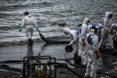 Οι εργαζόμενοι αφαιρούν το αργό πετρέλαιο από μια παραλία Στοκ φωτογραφίες με δικαίωμα ελεύθερης χρήσης