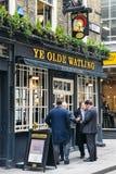 Οι εργαζόμενοι γραφείων απολαμβάνουν μια πίντα στην ώρα μεσημεριανού γεύματος στο μπαρ του YE Olde Watling στην πόλη του Λονδίνου Στοκ φωτογραφία με δικαίωμα ελεύθερης χρήσης