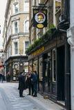 Οι εργαζόμενοι γραφείων απολαμβάνουν μια πίντα στην ώρα μεσημεριανού γεύματος στο μπαρ του YE Olde Watling στην πόλη του Λονδίνου Στοκ φωτογραφίες με δικαίωμα ελεύθερης χρήσης