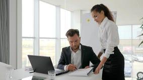 Οι εργαζόμενοι γραφείων στην εργασία, νέο κύριο έγγραφο σημαδιών στο εμπορικό κέντρο, ανώτερος υπάλληλος δίνουν την τεκμηρίωση απ
