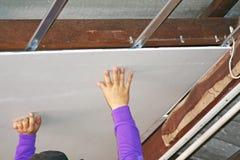 Οι εργαζόμενοι εγκαθιστούν το ανώτατο φύλλο στοκ φωτογραφία με δικαίωμα ελεύθερης χρήσης